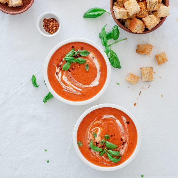 Soupe de tomates rôties au four & croutons parfumés